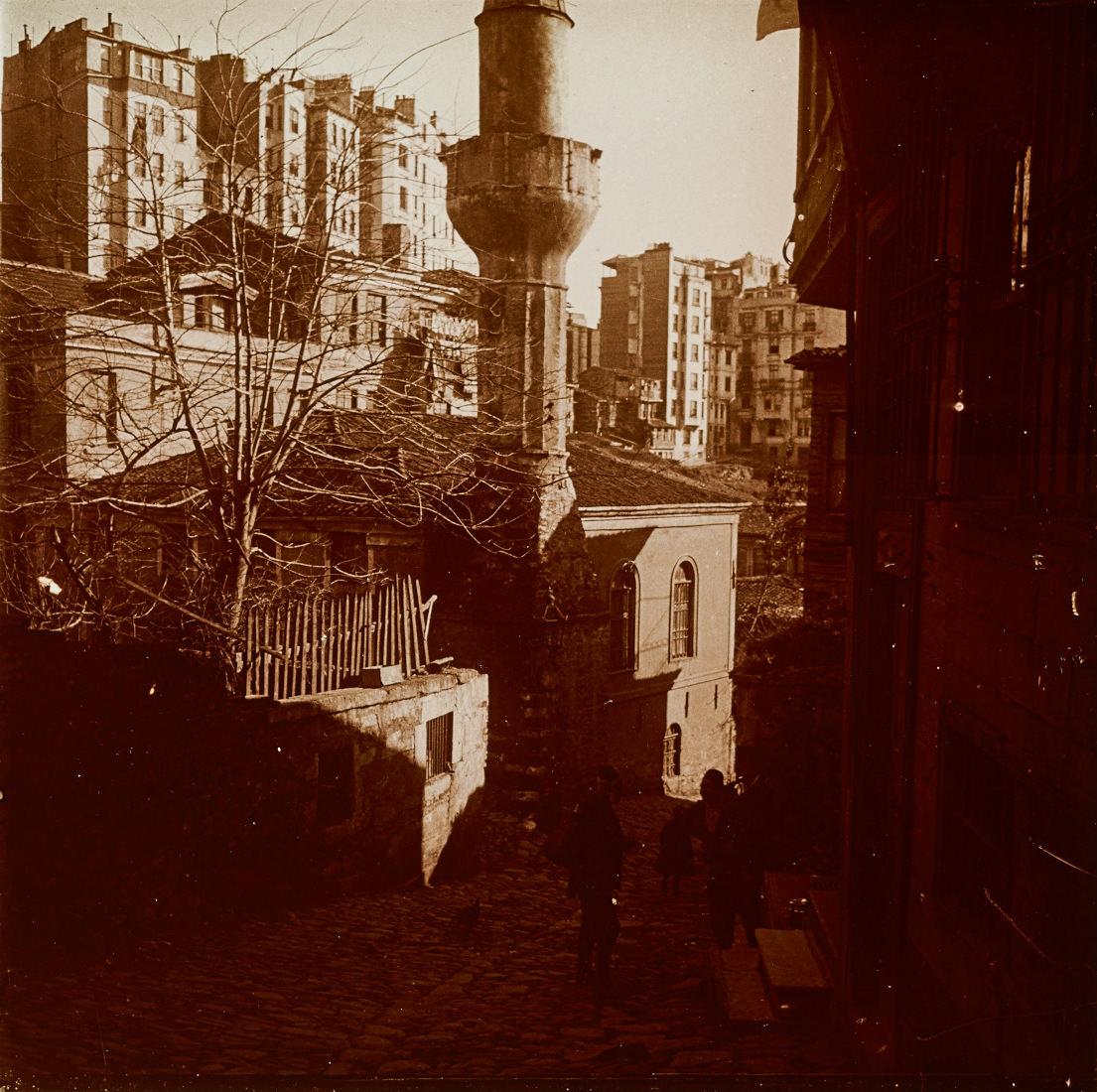 Kazancı Yokuşu ve Kazancı Ali Ağa Camii | Eski İstanbul Fotoğrafları Arşivi